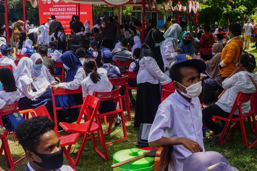 Pelajar mengantre untuk disuntik vaksin COVID-19 di SMP Negeri 4 Kota Jayapura, Papua, Senin (20/9/2021). Vaksinasi bagi pelajar tersebut untuk mendukung program vaksinasi di Papua dengan target 70 persen warga telah divaksin jelang PON Papua.