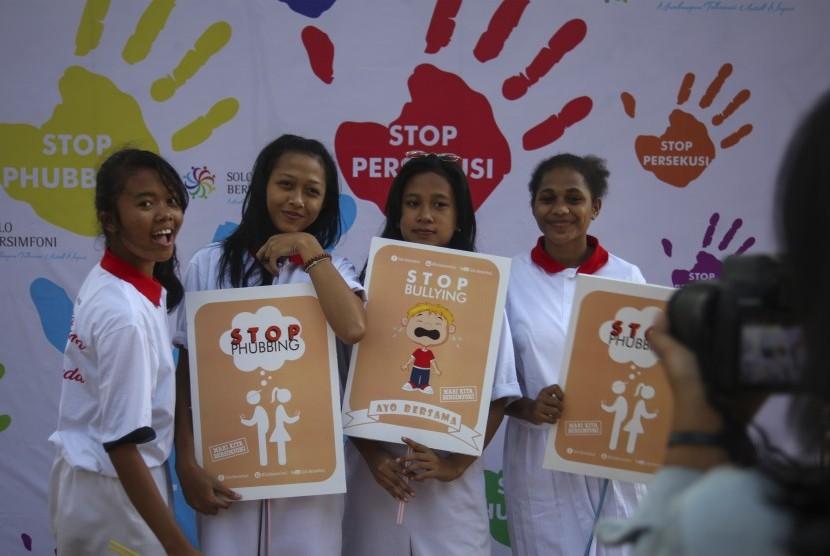 Pelajar mengikuti deklarasi bersama bertajuk Remaja Tolak Phubbing (mengacuhkan lawan bicara dengan sibuk berponsel), Bullying (perilaku agresif untuk menyakiti dalam bentuk fisik dan mental) dan Persekusi (perlakuan buruk secara sistematis pada seseorang) di Taman Balaikambang Solo, Jawa Tengah, Sabtu (28/7).