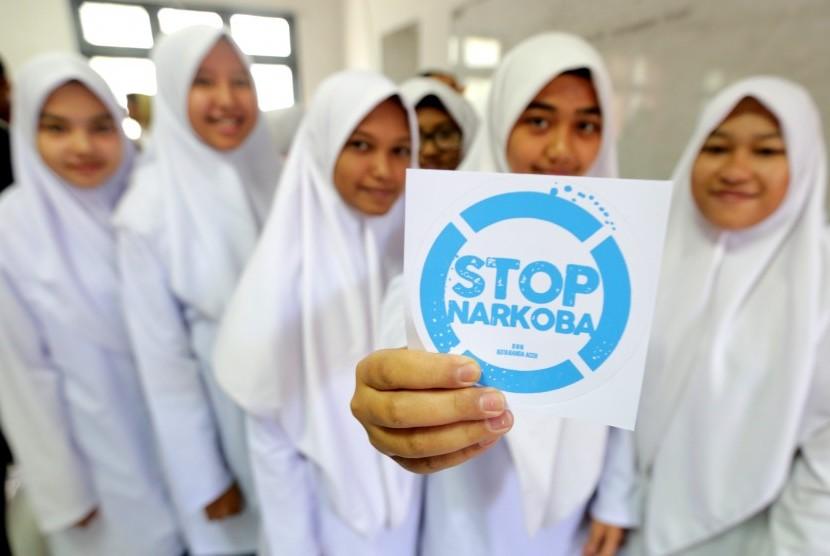 Pelajar menunjukkan stiker Stop Narkoba.