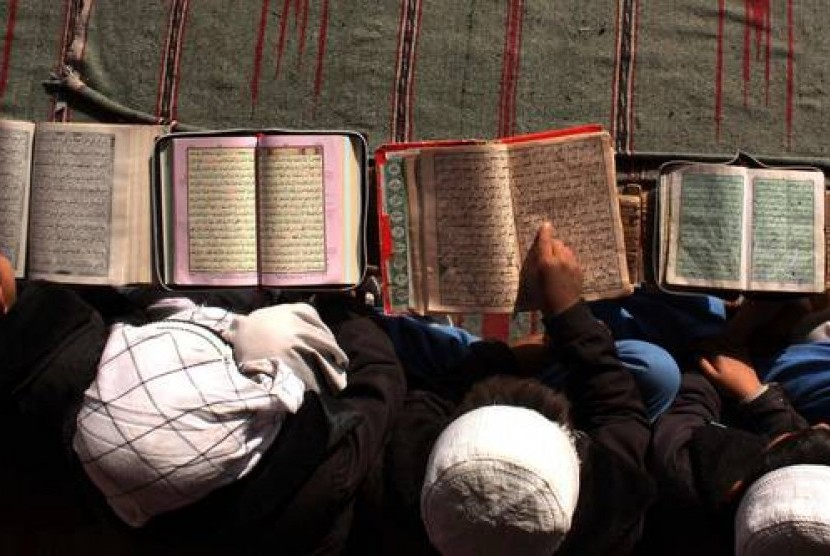 Pelajar Muslim tengah membaca Alquran