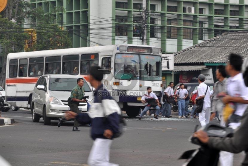 Bat Bus 12 >> Bus Ppd Menjadi Korban Tawuran Pelajar Republika Online