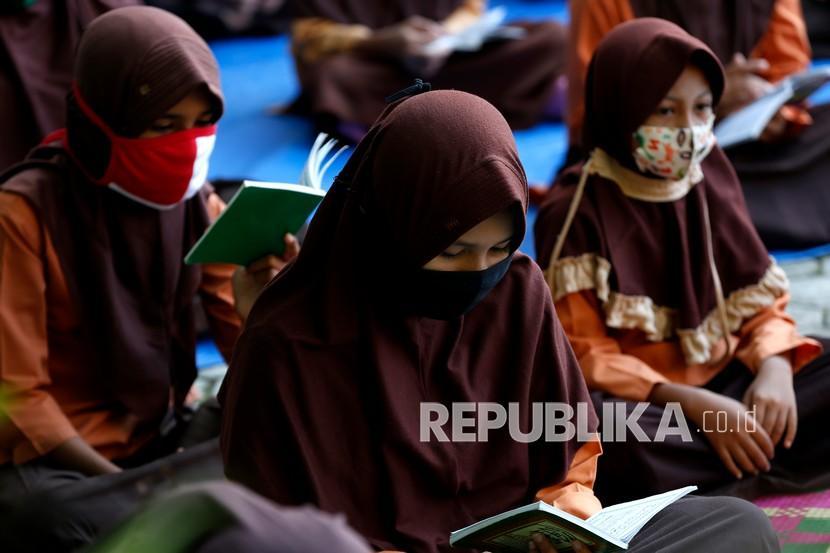 SIkap Pemerintah Soal Pembatalan Hukum SKB Seragam. Foto: Pelajar SD Negeri 42 memakai seragam pramuka dilengkapi atribut kerudung (jilbab) saat mengikuti aktivitas belajar mengajar di Banda Aceh, Aceh, Jumat (5/2/2021). Tiga menteri dari Kementerian Pendidikan dan Kebudayaan (Kemdikbud), Kementerian Dalam Negeri (Kemendagri) dan Kementerian Keagamaan (Kemenag) meluncurkan Surat Keputusan Bersama (SKB) terkait pakaian seragam dan atribut di lingkungan sekolah negeri.