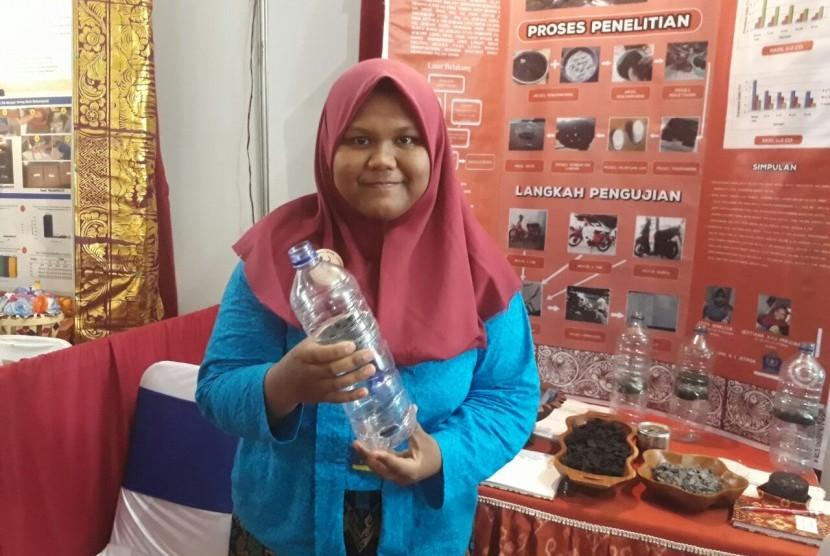 Pelajar SMA Negeri 1 Jepara Septiana Ayu Prasiska membuat alat penyaring emisi gas buang dari batok kelapa.