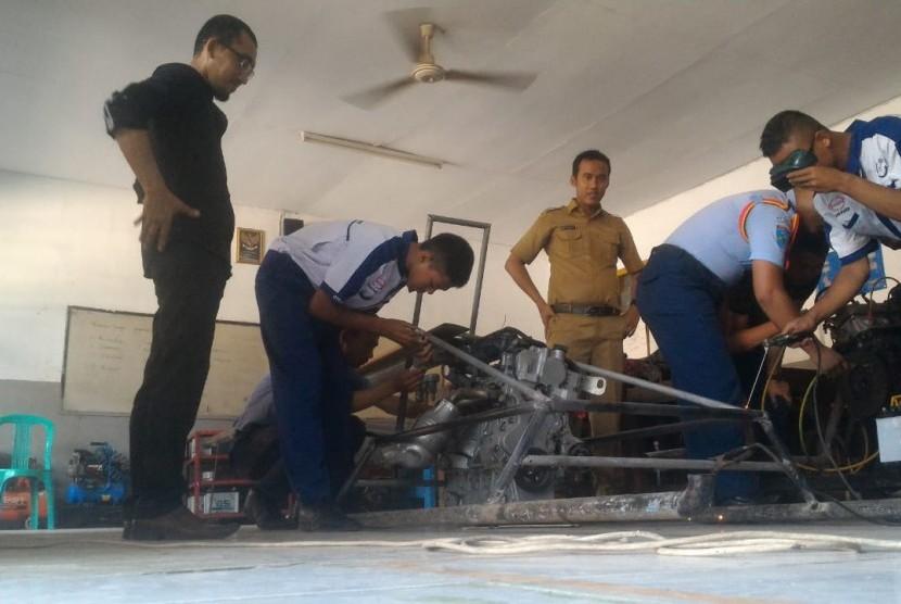 Pelajar SMK sedang merakit helikopter berbahan bakar bensin (ilustrasi)