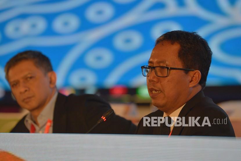 Pelaksana Tugas Ketua Umum PSSI Djoko Driyono (kanan) bersama Wakil Ketua Umum PSSI Iwan Budianto (kiri) menyampaikan keterangan pers sesusai penutupan Kongres PSSI 2019 di Nusa Dua, Bali, Ahad (20/1/2019).