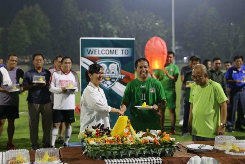 Pelaksana Tugas Ketua Umum PSSI Joko Driyono (baju hijau) bersalaman dengan Sekjen PSSI Ratu Tisha Destria dalam acara peringatan HUT ke-88 PSSI.