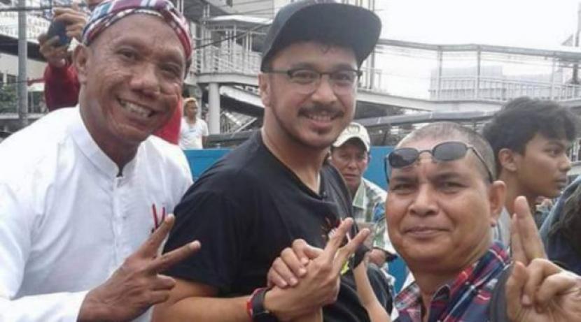 Pelaksana Tugas (Plt) Ketua Umum Partai Solidaritas Indonesia (PSI), Giring Ganesha (tengah) berfoto dengan Iwan Bopeng, pendukung Ahok.