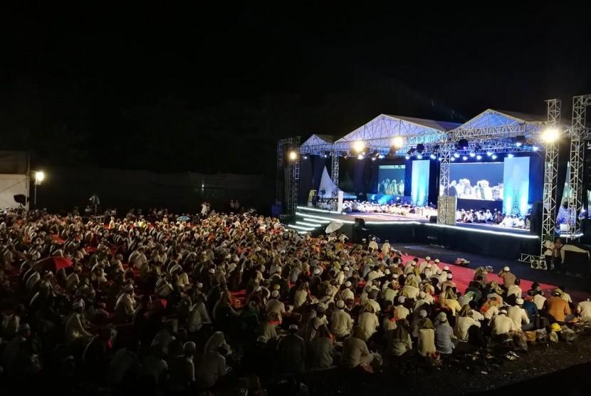 Pelaksanaan haul ke-3 H Mochammad Thohir berlangsung khidmat di halaman Masjid At Thohir, Tabalong, Kalimantan Selatan, Rabu (13/3). Jamàah memadati halaman sejak bada maghrib.