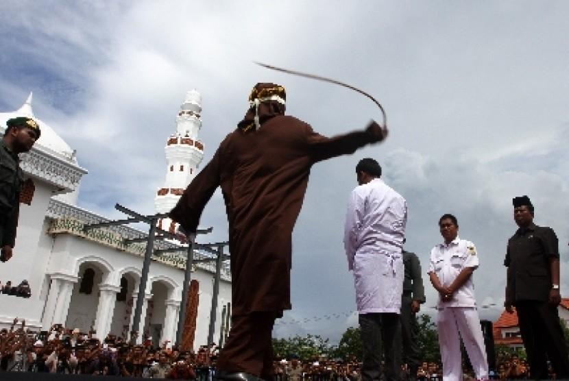 Pelaksanaan hukuman cambuk (ilustrasi).