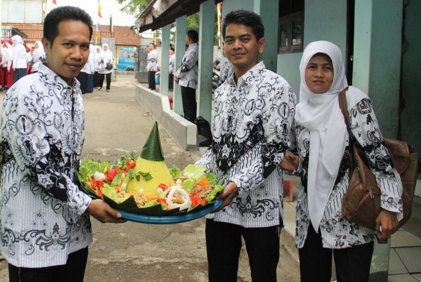 Pelaksanaan lomba tumpeng digelar bersamaan dengan Upacara pengibaran Sang Merah Putih yang dipusatkan di halaman SLTP Islam Parung, Jl. Raya parung No 648, Parung, Bogor, Jawa Barat, Jum'at (25/11).