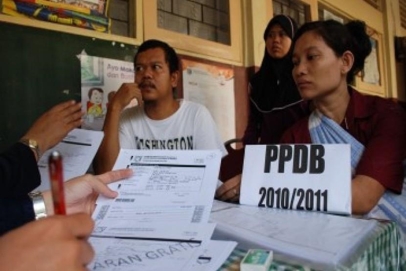 pelaksanaan pendaftaran siswa baru di sebuah sekolah di DKI Jakarta