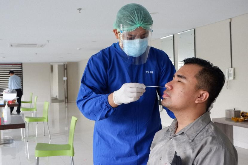 Pelaksanaan swab antigen karyawan RS UII.