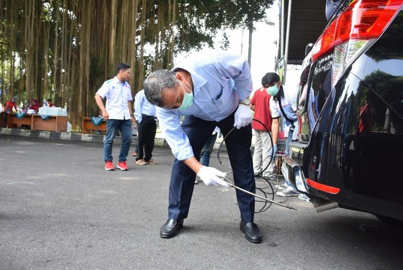 Pelaksanaan uji emisi gas buang kendaraan yang diinisiasi Dinas Lingkungan Hidup Kabupaten Sleman di Lapangan Denggung.