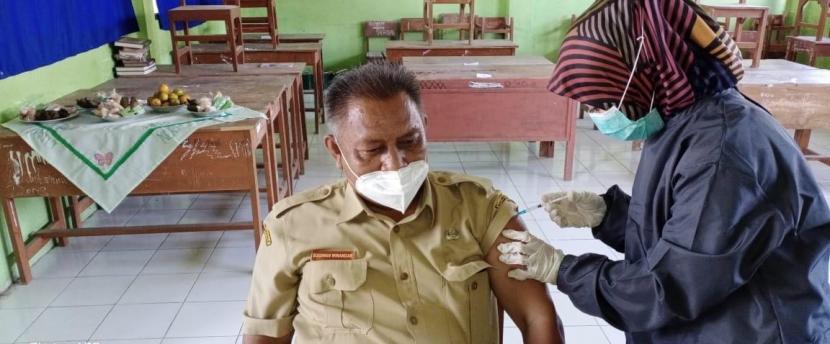 Pelaksanaan vaksinasi kepada guru di Kabupaten Pangandaran, Selasa (23/3).