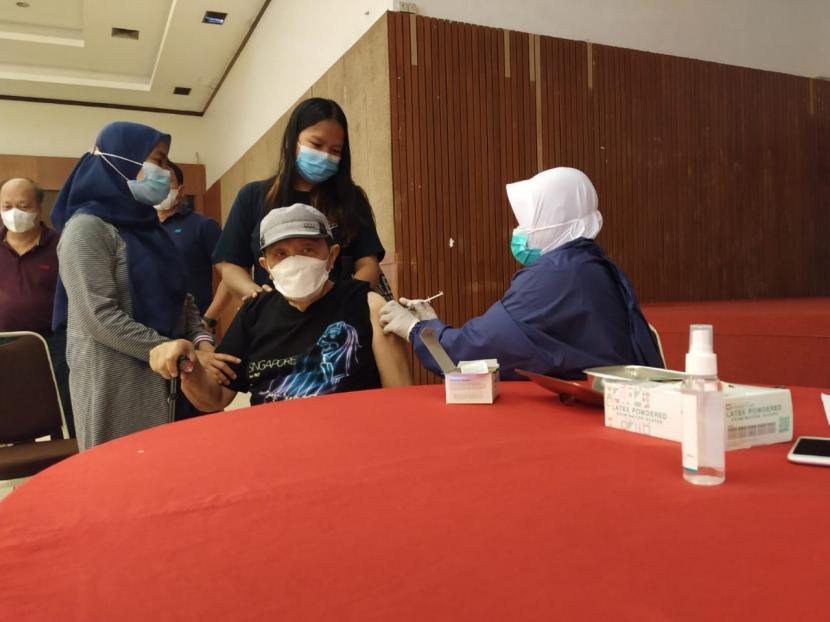 Pelaksanaan vaksinasi massal kepada lansia