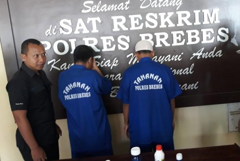 Pelaku pengedar pestisida palsu yang beroperasi di Kabupaten Brebes ditangkap Satuan Reskrim Polres Brebes pada Selasa (27/3).