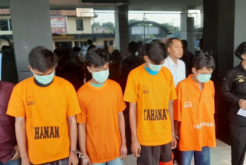 Pelaku pengeroyokan dan pembakaran seorang remaja di Bekasi ditahan di Mapolres Metro Bekasi Kota, Rabu (12/6).