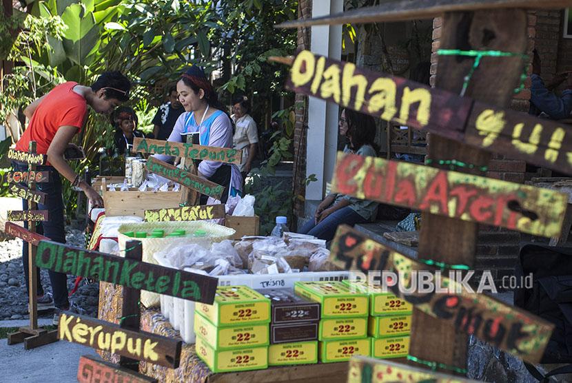 Pelaku UMKM menjajakan produk dari bahan organik saat acara Pasar Seton atau Pasar Sabtu di Kedai Animalika, Jl Kaliurang, Sleman, DI Yogyakarta, Sabtu (5/5).