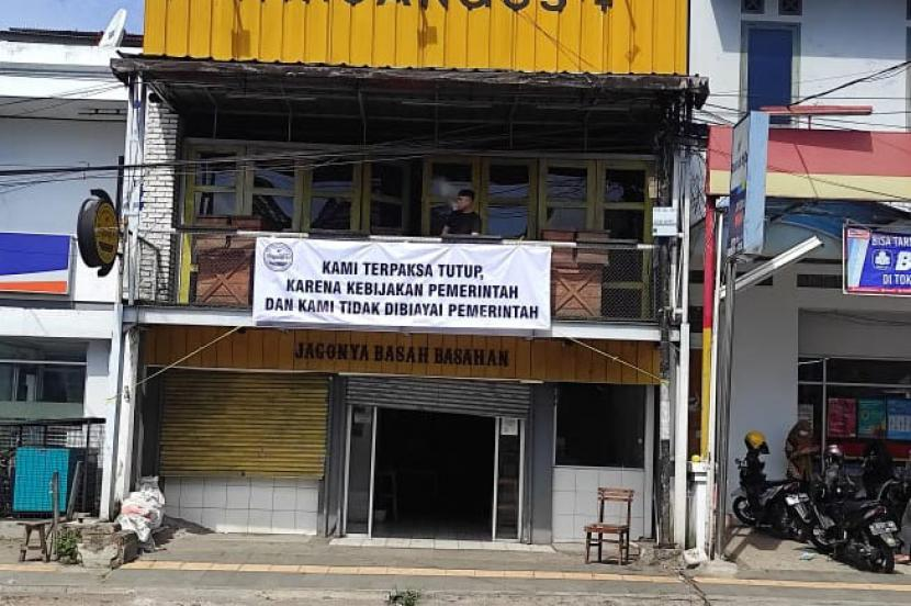 Pelaku usaha di Kabupaten Garut memasang spanduk berisi curhat lantaran penghasilannya turun akibat kebijakan PPKM Darurat.