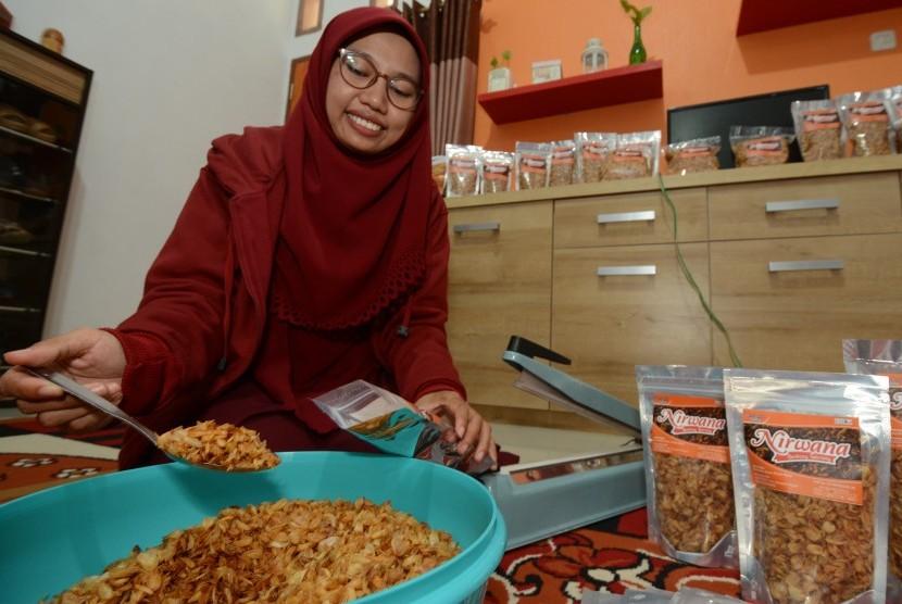 Pelaku usaha kecil berbasis digital (e-digital) memasukkan bawang goreng dalam kemasan yang dipasarkan secara daring di Palu, Sulawesi Tengah, Jumat (13/7).
