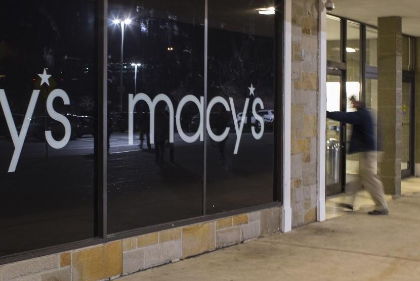 Pelanggan melangkah ke pusat perbelanjaan Macy's.