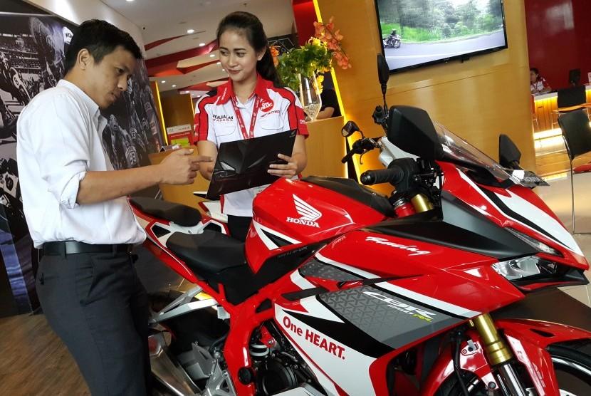Pelanggan sedang melihat Honda CBR250RR di diler.