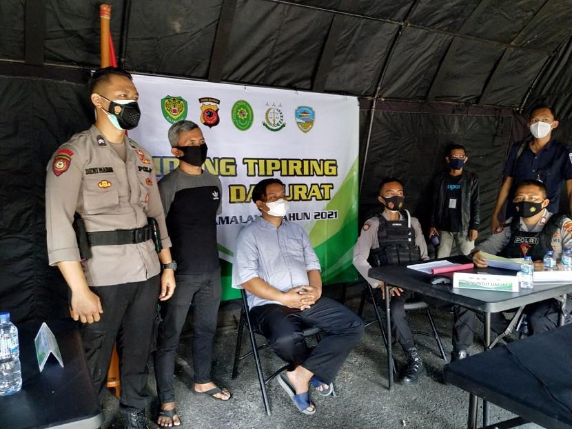 Pelanggar aturan PPKM darurat di Kota Tasikmalaya menjalani sidang tipiring di Posko Satgas Penanganan Covid-19 Kota Tasikmalaya, Selasa (6/7).