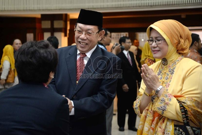 Pelantikan Kepala BKKBN: Kepala BKKBN yang baru Surya Chandra Surapaty (kiri) didampingi istri mendapat ucapan selamat usai pelantikan di Kantor BKKBN, Jakarta, Selasa (26/5).
