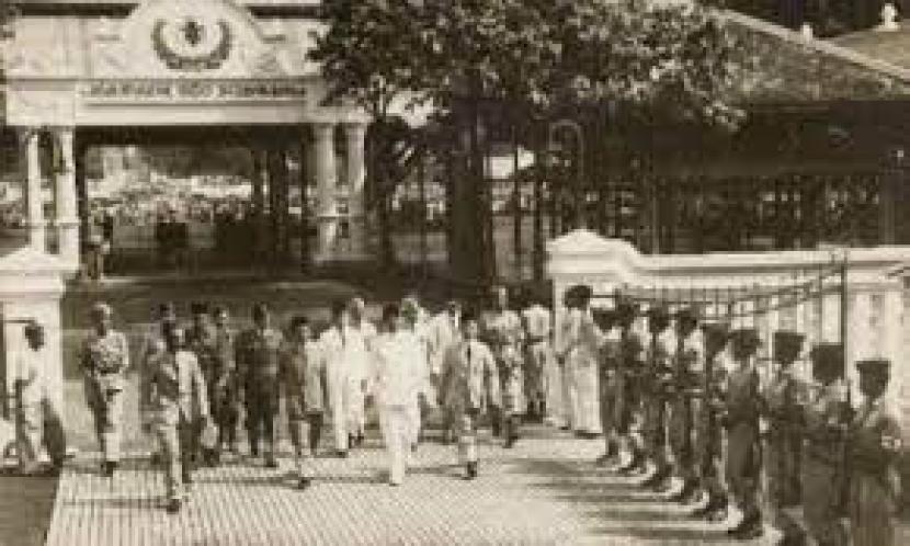 Pelantikan Presiden Soekarno di masa awal Kemerdekaan RI.