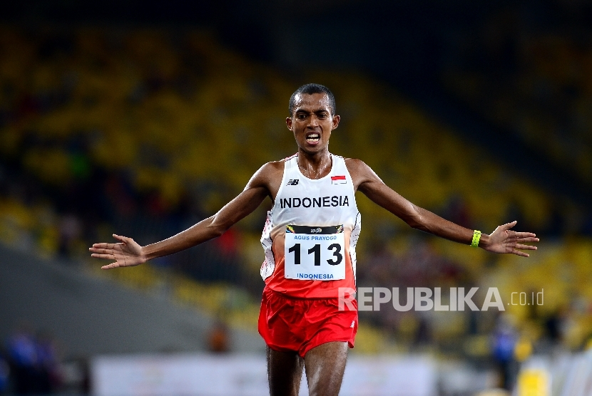 Pelari Indonesia Agus Prayogo melakukan selebrasi saat memasuki garis finish pada lari nomor 10.000 meter SEA Games 2017 Kuala Lumpur di Stadium Bukit Jalil, Malaysia, Jumat (25/8).