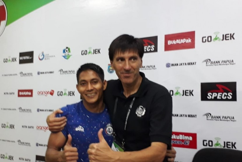 Pelatih Arema FC, Milan Petrovic (kanan).