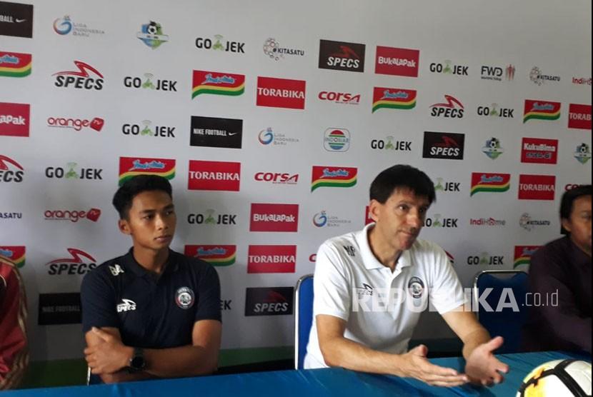 Pelatih Arema FC, Milan Petrovic (kanan) dan pemain Bagas Adi Nugroho (kiri) memberikan keterangan ihwal persiapan melawan Bhayangkara FC di Kantor Arema FC Malang, Senin (21/5).