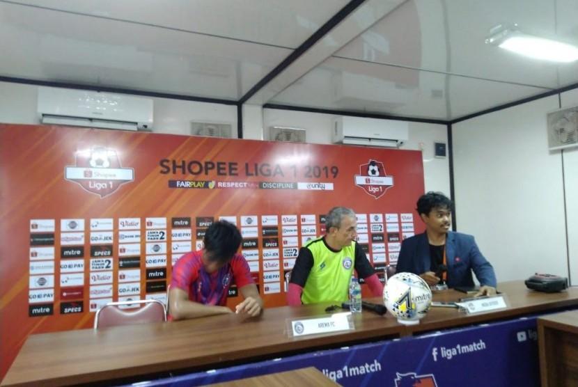 Pelatih PSM Makassar Milomir Seslija (hijau)