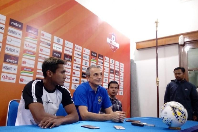 Pelatih Arema FC (tengah) Milomir Seslija dan Pemain Hendro Siwanto (kiri) memberikan keterangan pers di Kantor Arema FC, Kota Malang, Rabu (14/8).