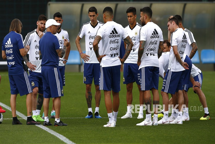 Pelatih Argentina Jorge Sampaoli  memberikan instruksi kepada timnya selama sesi pelatihan di Pusat Olahraga FC Barcelona Joan Gamper, di Sant Joan Despi, Spanyol, Rabu (6/6). Argentina telah membatalkan pertandingan pemanasan Piala Dunia melawan Israel mengikuti protes oleh kelompok pro-Palestina.
