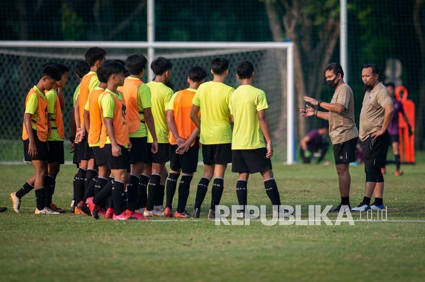 Pelatih Bima Sakti (kedua kanan) memberi arahan kepada para pesepak bola yang mengikuti seleksi masuk timnas U-16 di Lapangan D, Kompleks Gelora Bung Karno (GBK), Senayan, Jakarta, pekan ini.