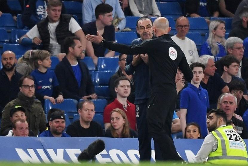 Pelatih Chelsea Maurizio Sarri saat diusir keluar lapangan dalam laga Chelsea vs Burnley, Selasa (23/4) dini hari WIB