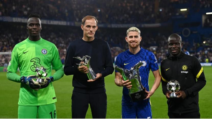 Pelatih dan pemain Chelsea menerima penghargaan dari UEFA.