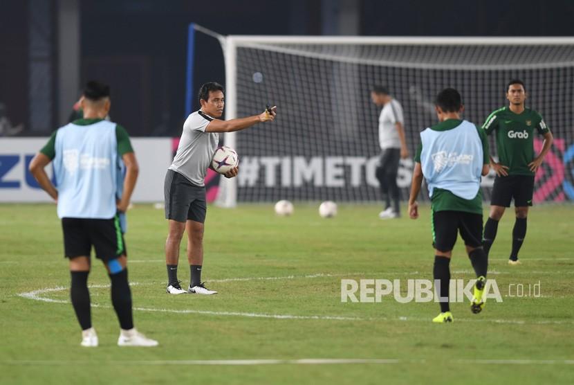 Pelatih Indonesia Bima Sakti (kedua kiri) memberikan instruksi dalam sesi latihan menjelang laga lanjutan Piala AFF 2018 melawan Timor Leste, di Stadion Utama Gelora Bung Karno, Jakarta, Senin (12/11/2018).
