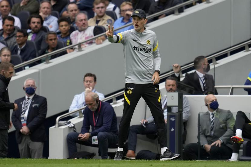 Pelatih kepala Chelsea Thomas Tuchel memberi isyarat selama pertandingan sepak bola Liga Premier Inggris antara Tottenham Hotspur dan Chelsea di Stadion Tottenham Hotspur di London, Inggris, Minggu, 19 September 2021