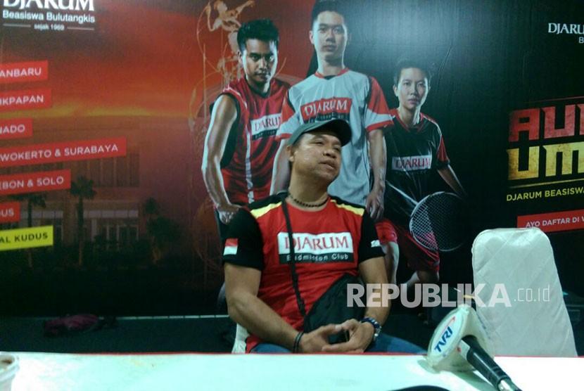 Pelatih Kepala Ganda Campuran PBSI Richard Mainaky saat berdiskusi dengan awak media di GOR Arie Lasut, Manado, Ahad (6/5).
