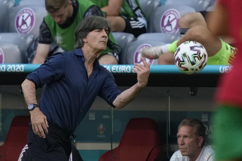Pelatih kepala Jerman Joachim Loew bereaksi selama pertandingan sepak bola babak penyisihan grup F UEFA EURO 2020 (ilustrasi)