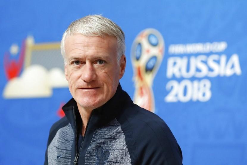 Pelatih Kepala Prancis Didier Deschamps tiba di konferensi pers pada malam semi finalnya melawan Belgia di Piala Dunia 2018 sepak bola di St. Petersburg, Rusia, Senin, 9 Juli 2018.
