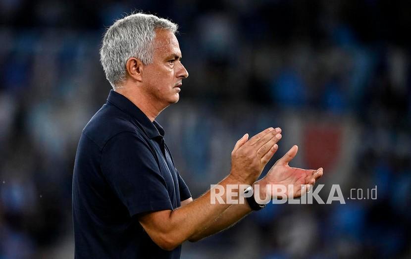 Pelatih AS Roma Jose Mourinho.