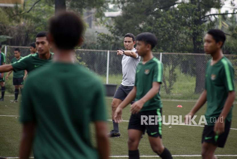 Pelatih Kepala tim nasional U-16 Bima Sakti (Tengah) memberikan arahan saat sesi latihan perdana di Lapangan NYTC, Sawangan, Depok, Jawa Barat, Senin (13/5/2019).