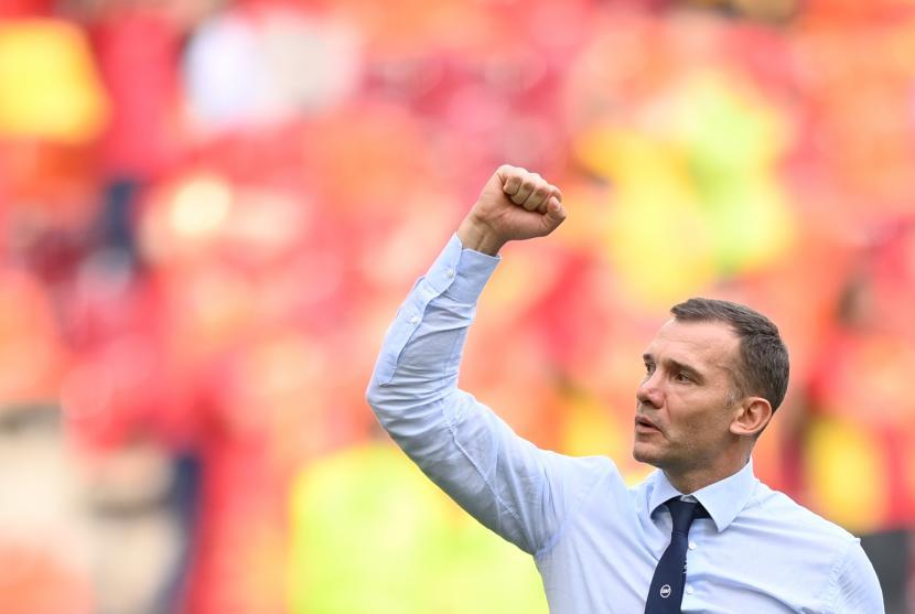Pelatih kepala Ukraina Andriy Shevchenko merayakan kemenangan setelah memenangkan pertandingan sepak bola babak penyisihan grup C UEFA EURO 2020 antara Ukraina dan Makedonia Utara di Bucharest, Rumania, 17 Juni 2021.