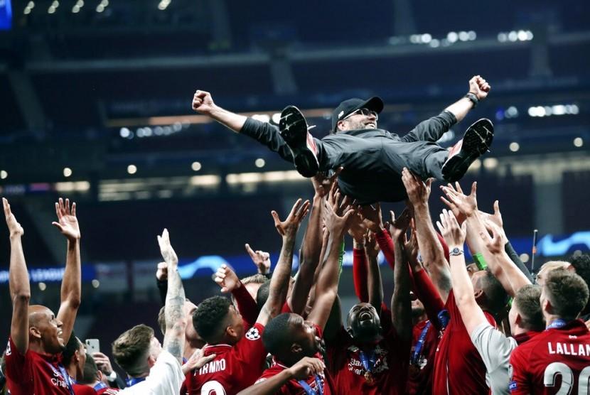 Pelatih Liverpool, Juergen Klopp dilambungkan ke udara oleh skuatnya setelah menjuarai Liga Champions 2019.