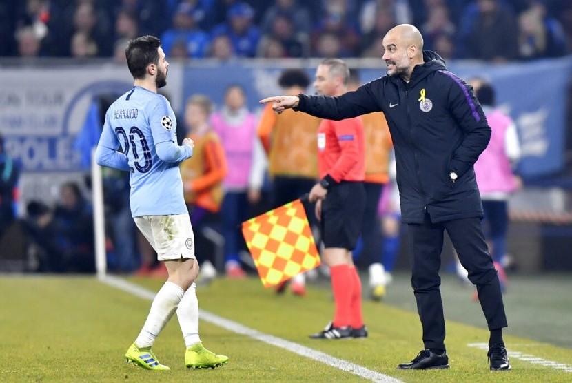 Pelatih Manchester City Pep Guardiola (kanan).