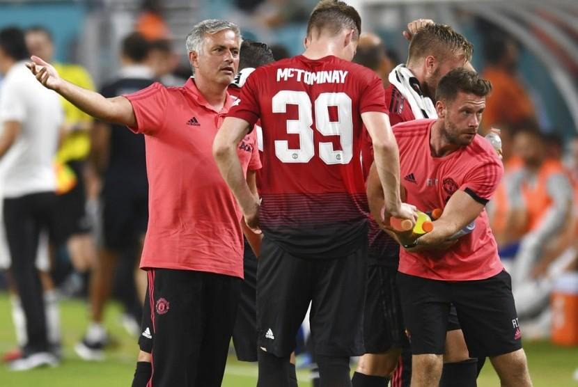 Pelatih Manchester United Jose Mourinho (kiri) memberikan instruksi kepada pemainnya.