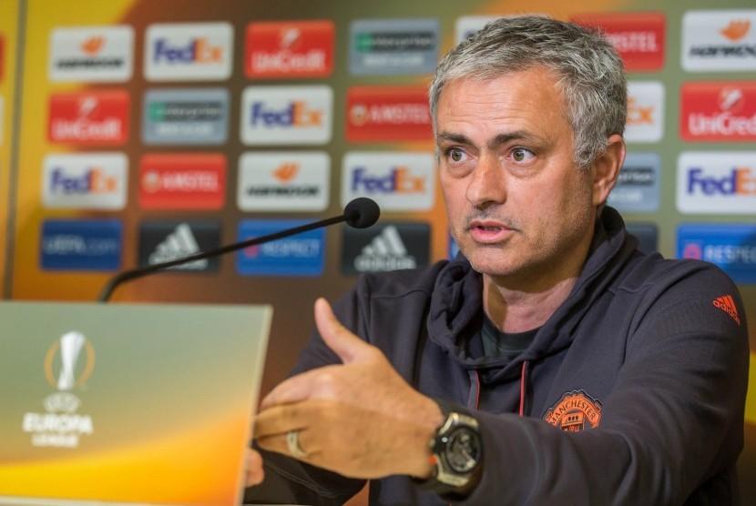 Pelatih Manchester United, Jose Mourinho memberikan keterangan pers jelang leg pertama perempat final Liga Europa lawan Anderlecht, Rabu (12/4). Laga akan berlangsung dini hari nanti.
